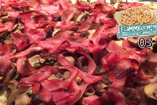 Zwiebel-Champignon-Flammkuchen mit Datteln und Lachsschinken